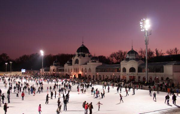 Pattinaggio sul ghiaccio all'aperto nel Parco Civico di Budapest