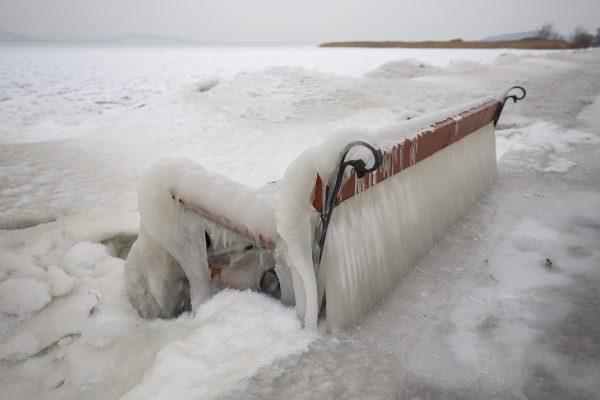 Freddo e gelo sulla riva del lago Balaton